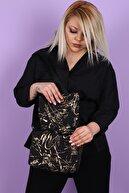 SheBella Bags & Shoes Kadın Siyah Altın Desenli Şişme Kapaklı Çapraz Kol Omuz Çantası