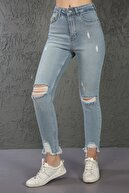 ChiChero Kadın Buz Mavi Eskitmeli Dizleri ve Paçası Yırtıklı Likralı Yüksek Bel Mom Jeans