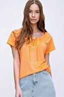 Trend Alaçatı Stili Kadın Turuncu Kuş Gözlü Yakası Bağcıklı Yıkamalı T-Shirt MDA-1127