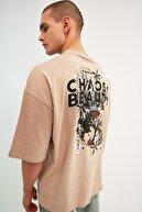 TRENDYOL MAN Bej Erkek Oversize Fit Bisiklet Yaka Kısa Kollu Baskılı T-Shirt TMNSS21TS2037