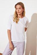 TRENDYOLMİLLA Beyaz Bisiklet Yaka Kolu Piliseli Örme T-Shirt TWOSS21TS2549