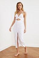 TRENDYOLMİLLA Beyaz Büzgü Detaylı Örme Plaj Elbisesi TBESS21EL2794