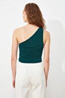 TRENDYOLMİLLA Zümrüt Yeşili Tek Omuzlu Büzgülü Örme Bluz TWOSS21BZ0590