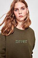 TRENDYOLMİLLA Haki Nakışlı Crop Örme Şardonlu Sweatshirt TWOAW20SW0145