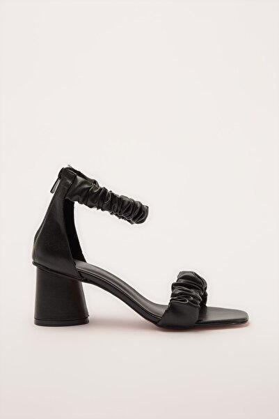 TRENDYOLMİLLA Siyah Kadın Klasik Topuklu Ayakkabı TAKSS20TO0370