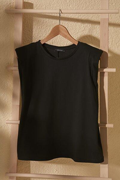 TRENDYOLMİLLA Siyah Vatkalı Basic Örme T-Shirt TWOSS20TS0866