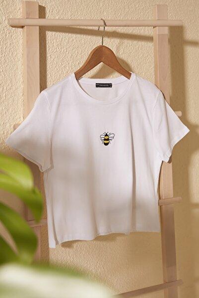 TRENDYOLMİLLA Beyaz Nakışlı Crop Örme T-Shirt TWOSS20TS1377