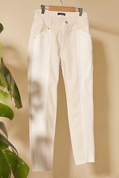 Ekru Beyaz Renk Bloklu Yüksek Bel Mom Jeans TWOSS20JE0415