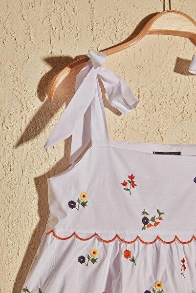 Beyaz Çiçek Detaylı Bluz TWOSS20BZ1418