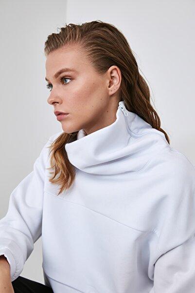 TRENDYOLMİLLA Beyaz Fermuarlı Dik Yaka Crop Örme Sweatshirt TWOAW21SW0121