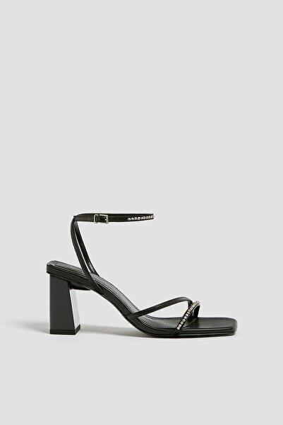 Pull & Bear Kadın Siyah Parlak Taşlı Bantlı Sandalet 11602640