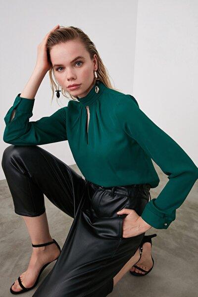 TRENDYOLMİLLA Zümrüt Yeşili Yaka Detaylı Bluz TWOAW20BZ0461