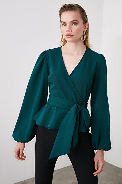 TRENDYOLMİLLA Zümrüt Yeşili Kruvaze Yaka Bluz TWOAW20BZ1089
