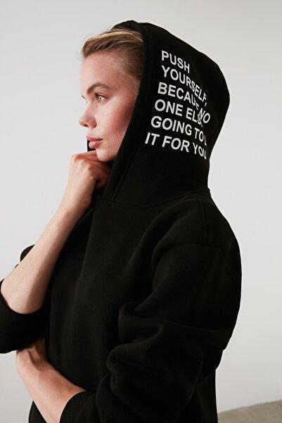 TRENDYOLMİLLA Siyah Kapüşonlu Baskılı Örme Sweatshirt TWOAW21SW0040