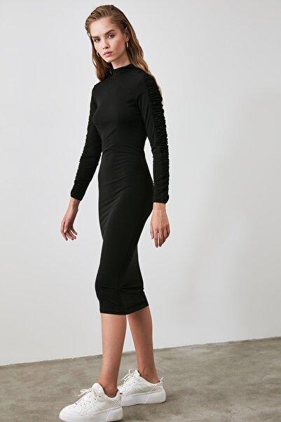 TRENDYOLMİLLA Siyah Büzgü Detaylı Dik Yaka Örme Elbise TWOAW21EL0236