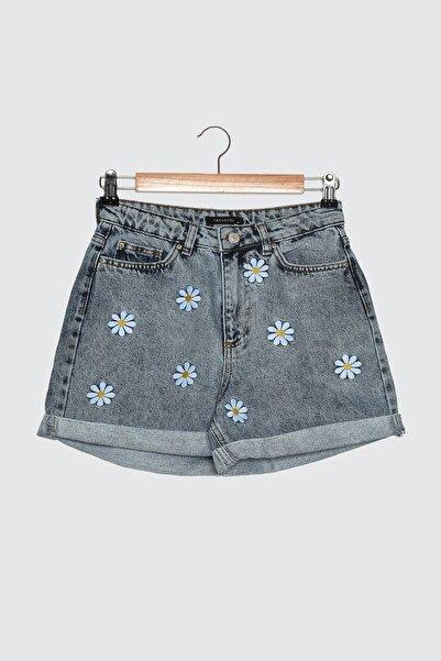 TRENDYOLMİLLA Mavi Çiçek Desenli Nakışlı Denim Şort TWOSS21SR0348