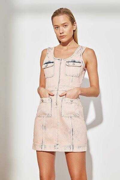TRENDYOLMİLLA Pembe Yıkama Efektli Cep Detaylı Mini Denim Elbise TWOSS21EL3663