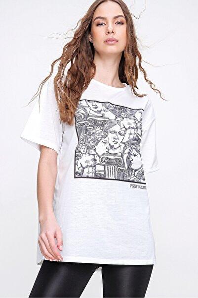 Trend Alaçatı Stili Kadın Beyaz Dijital Baskılı Oversize T-Shirt MDA-1157
