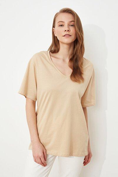 TRENDYOLMİLLA Bej %100 Pamuk V Yaka Boyfriend Örme T-Shirt TWOSS20TS0132