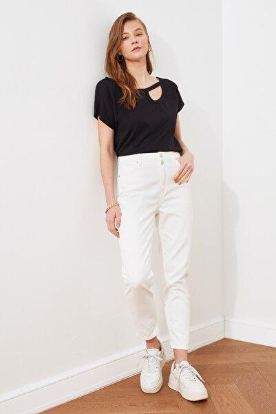 TRENDYOLMİLLA Beyaz Çift Düğmeli Yüksek Bel Mom Jeans TWOSS21JE0153