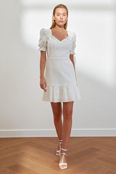 TRENDYOLMİLLA Beyaz Brodeli Yaka Detaylı Elbise TWOSS21EL2089