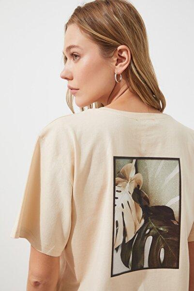TRENDYOLMİLLA Bej Sırt Baskılı Boyfriend Örme T-Shirt TWOSS20TS0765