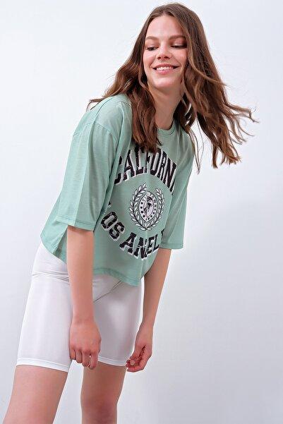 Trend Alaçatı Stili Kadın Yeşil Bisiklet Yaka Boyfriend Dijital Baskılı T-Shirt MDA-1103-RW