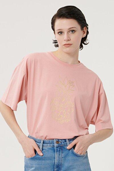 Lee Kadın Pembe Kısa Kollu %100 Pamuk Grafik Desenli Sıfır Yaka Tişört