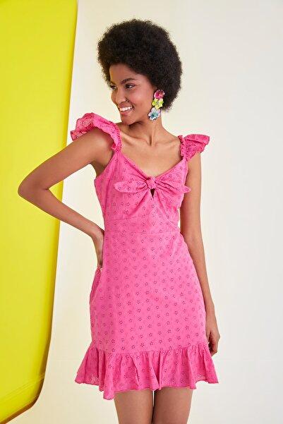 TRENDYOLMİLLA Pembe Brodeli Yaka Detaylı Elbise TWOSS21EL1821