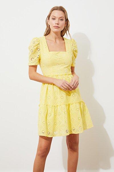 TRENDYOLMİLLA Sarı Brodeli Elbise TWOSS21EL2690