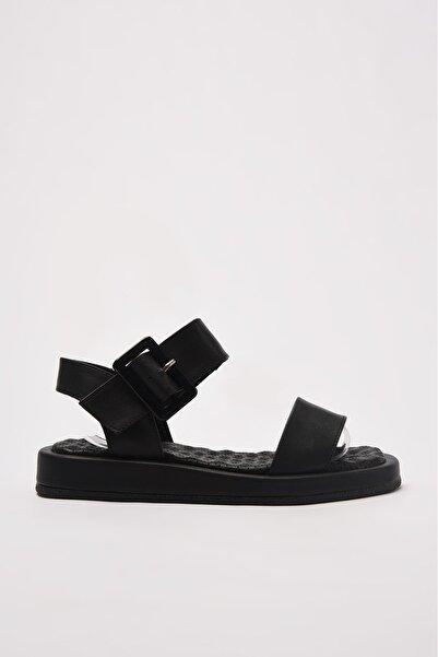 TRENDYOLMİLLA Siyah Kalın Tabanlı Tokalı Kadın Sandalet TAKSS21SD0032