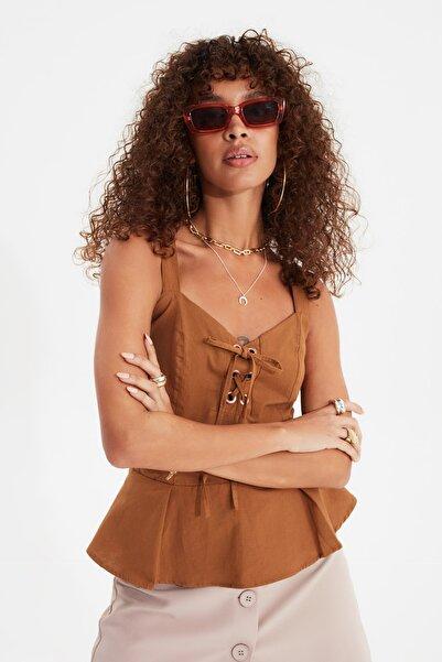TRENDYOLMİLLA Kahverengi Bağlama Detaylı Bluz TWOSS20BZ0892