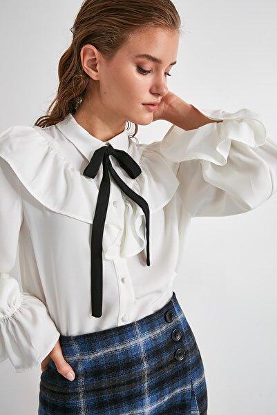 TRENDYOLMİLLA Beyaz Bağlama Detaylı Bluz TWOAW21BZ0653