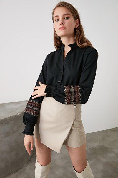 TRENDYOLMİLLA Siyah Nakış Detaylı Gömlek TWOAW21GO0105