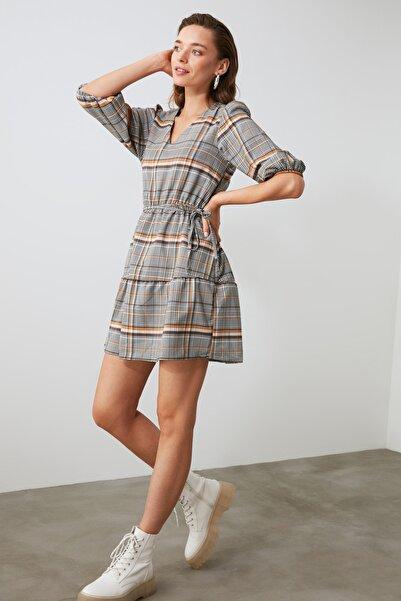 TRENDYOLMİLLA Hardal Kuşaklı Kareli Elbise TWOAW21EL0704