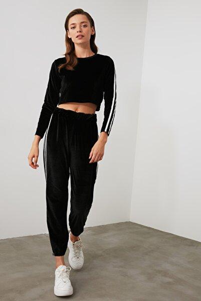 TRENDYOLMİLLA Siyah Şerit Detaylı Kadife Jogger Örme Pantolon TWOAW21PL0045