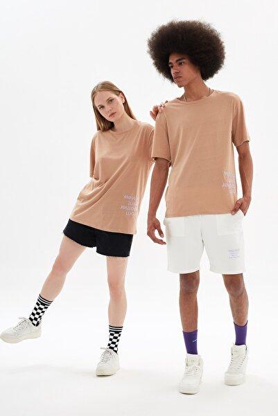 TRENDYOL MAN Bej Unisex Nakışlı Regular Fit T-Shirt TMNSS21TS3349