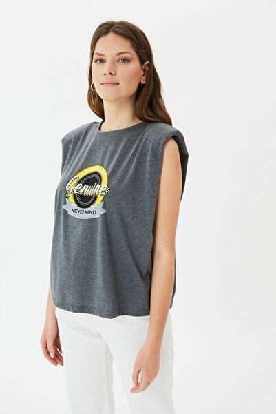 TRENDYOLMİLLA Antrasit Baskılı Vatkalı Basic Örme T-Shirt TWOSS21TS3659
