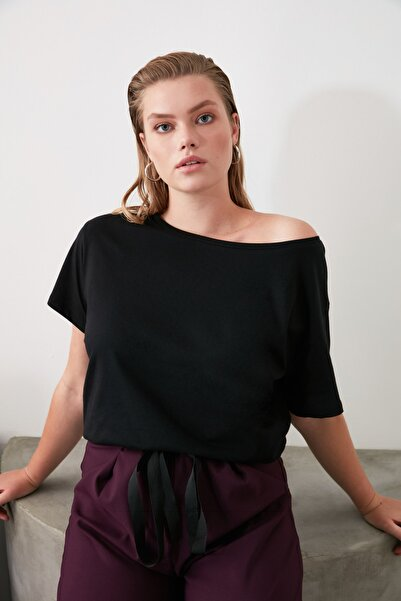 TRENDYOLMİLLA Siyah %100 Pamuk Kayık Yaka Boyfriend Örme T-Shirt TWOSS20TS0140