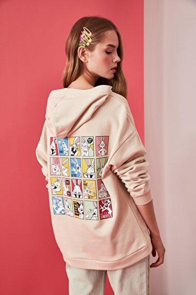 TRENDYOLMİLLA Bej Bugs Bunny Lisanslı Ön ve Sırt Baskılı Oversize Örme Sweatshirt TWOAW21SW0217
