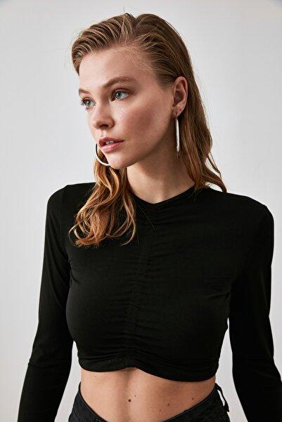TRENDYOLMİLLA Siyah Büzgülü Crop Örme Bluz TWOAW20BZ0505