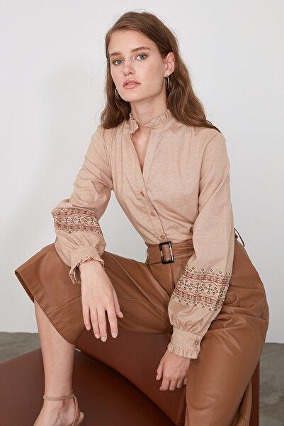 TRENDYOLMİLLA Camel Nakış Detaylı Gömlek TWOAW21GO0105