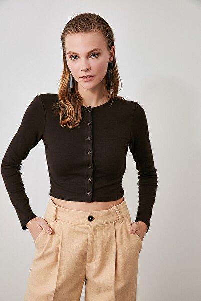 TRENDYOLMİLLA Kahverengi Düğmeli Crop Örme Bluz TWOAW21BZ0115