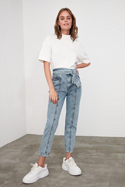 TRENDYOLMİLLA Mavi Kemerli Dikiş Detaylı Yüksek Bel Mom Jeans TWOAW21JE0319