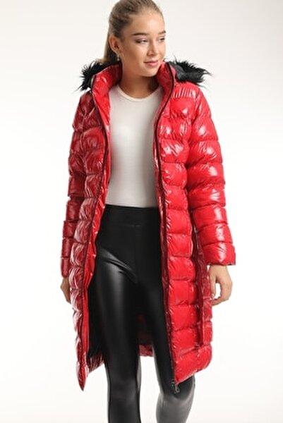 Kadın Kırmızı Kapüşonlu Kürklü Parlak Şişme Mont