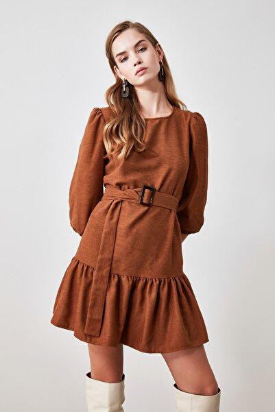 TRENDYOLMİLLA Kahverengi Kemerli Kadife Elbise TWOAW21EL0952