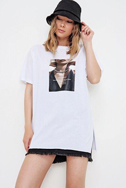 Trend Alaçatı Stili Kadın Beyaz Yanı Yırtmaçlı Baskılı Oversize T-Shirt MDA-1199