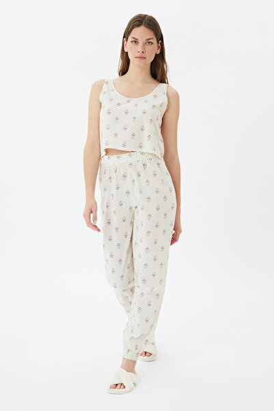 TRENDYOLMİLLA Beyaz Çiçek Desenli Dokuma Pijama Takımı THMSS21PT1097