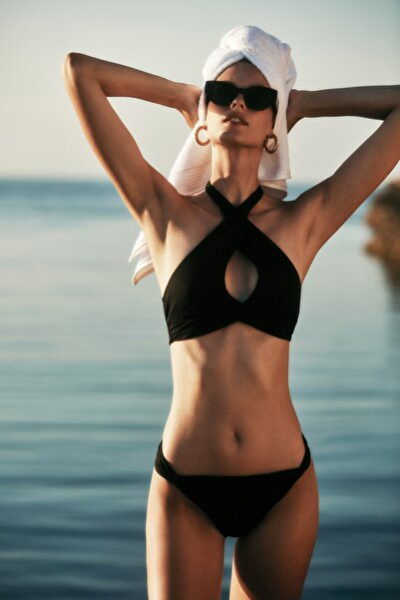 TRENDYOLMİLLA MOEVA X Trendyolmilla Siyah Cut-Out Detaylı Bikini Takımı TBESS21BT0055