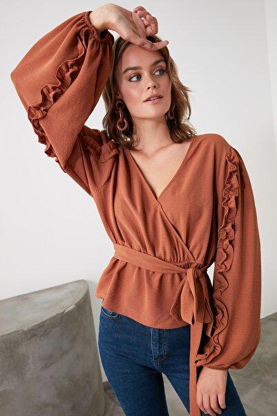 TRENDYOLMİLLA Kahverengi Bağlama Detaylı Bluz TWOAW21BZ0707